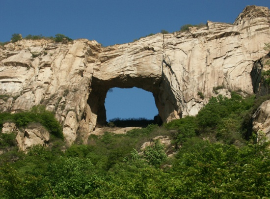 天门山自然风景区位于北京市密云县石城镇柳棵峪(距北京100公里).