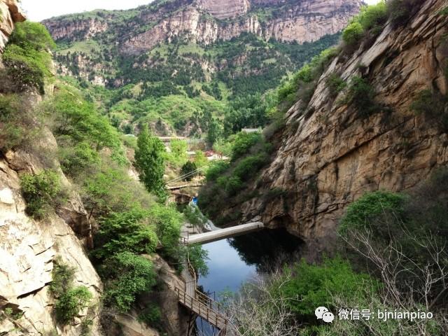 五月一号年卡一大批景区即将开放! 延庆、昌平、密云、门头沟...... 这些地方的小伙伴们,你们要开始忙碌起来了,太多的美景等着你们来赏...... 玉渡山风景区 玉渡山是北京地区一块鲜为人知的处女地; 是北京地区大自然保存最原始的绿色记忆; 是现代人回归自然美好选择。  玉渡山之美,在于山、石、林、泉、瀑、花、草一应俱全、而那浑如天籁的感觉,又在于清、幽、静、野之中。